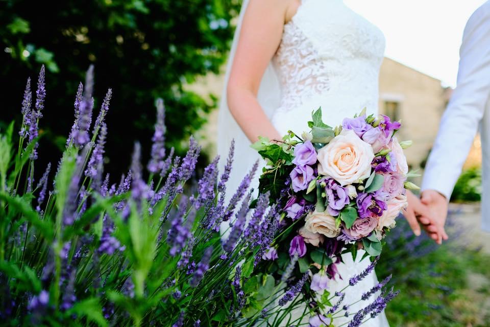 mariage bouquet mariée petales de rose la tour daigues2