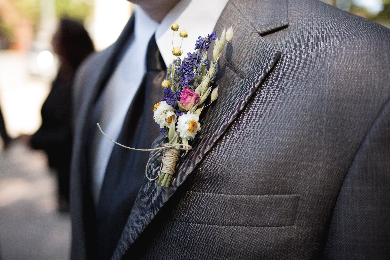 boutonnière marié pétales de rose à la tour d'aigues