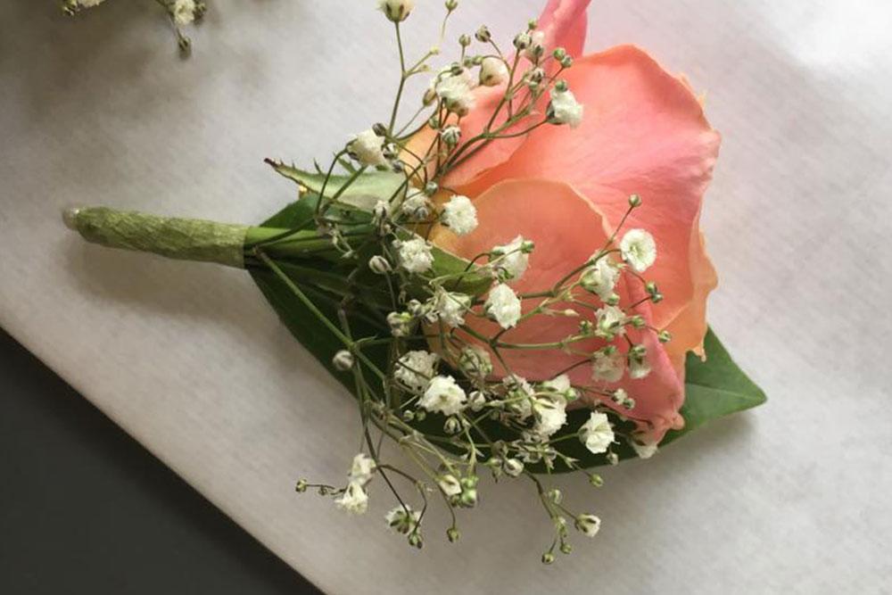boutonniere-marié-petales-de-rose-la-tour-daigues2